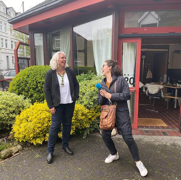 Carola Schede und Britta Eden vom Gezeitenpodcast